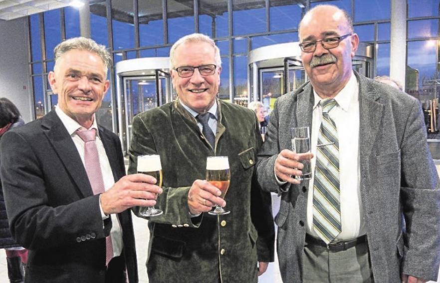 Bei der Jubiläumsfeier am Freitagabend mit geladenen Gästen gratulierten Bernd Böhme (Veranstalter Immobilientage; links) und Johannes Hintersberger (MdL; Mitte) Anton Kelnhofer zu stolzen 25 Jahren Messearbeit. So lange ist er nun schon mit einem Stand der Augsburger StadtZeitung auf der Immobilienmesse vertreten. Als kleines Dankeschön für die jahrelange hervorragende Zusammenarbeit überreichte ihm Bernd Böhme eine Flasche Champagner.