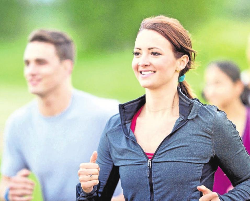 Wer regelmäßig Sport treibt, profitiert auf der ganzen Linie – lebt gesünder, ist fitter und hat meist auch bessere Laune. Foto: djd/Traumeel/Getty