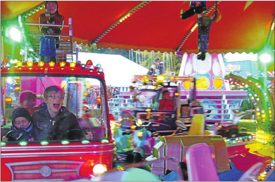 Während die Eltern auf dem Markt einkaufen und feilschen, können sich die Kleinen im Vergnügungspark richtig austoben. Der Michaeli-Markt ist ein aufregendes Familienerlebnis. Foto: Ingrid Küchle